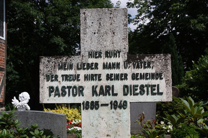 Grabkreuz des ehemaligen Pastors Karl Diestel 1885-1949