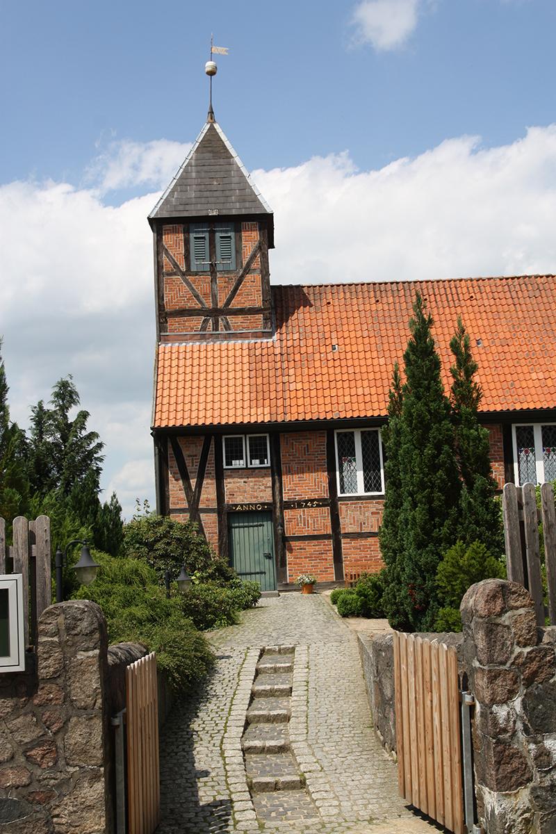 Die St.-Anna-Kirche in Niendorf